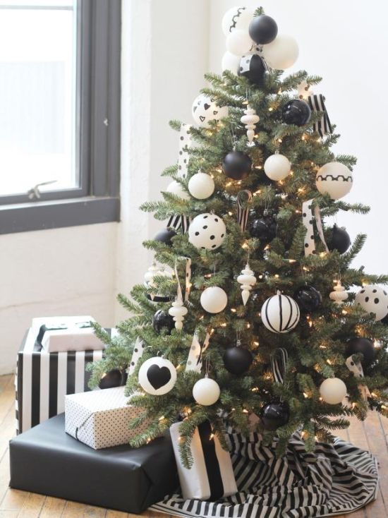 Christmas Tree Decorating Idea With Solid Black And All Solid White Ornaments