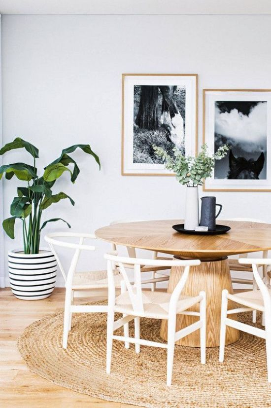 Coastal Dining Room Décor With A Wooden Round Table